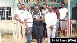 Lucien Lagô (à l'extrême gauche de la première rangée), responsable de l'ONG Action Sociale en compagnie des LGBT, Bouaké, le 7 octobre 2019. (VOA/Siriki Barro)