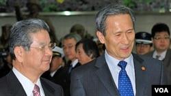 Menteri Pertahanan Jepang, Toshimi Kitazawa (kiri) disambut oleh Menhan Korea Selatan, Kim Kwan-jim, di Seoul, Kamis 13 Januari 2011.