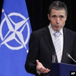ເລຂາທິການໃຫຍ່ອົງການ NATO ທ່ານ Anders Fogh Rasmussen ຖະແຫລງຕໍ່ກອງປະຊຸມນັກຂ່າວ ທີ່ກອງປະຊຸມຄະນະລັດຖະມົນຕີປ້ອງກັນປະເທດຂອງ ກຸ່ມເນໂຕ້ ຢູ່ສໍານັກງານໃຫຍ່ທີ່ນະຄອນຫລວງ Brussels ຂອງປະເທດເບລຢ້ຽມ, ວັນທີ 3 ກຸມພາ 2012. (REUTERS/Francois Lenoir)