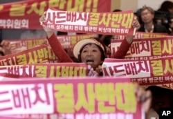 미군 고고도 미사일방어체계, 사드(THAAD)가 배치될 지역인 경북 성주군 주민들로 구성된 비상대책위원회 회원들이 13일 서울 국방부 컨벤션 센터에서 사드배치 반대를 외치고 있다.