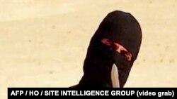 Bức ảnh trích từ video do nhóm IS phổ biến cho thấy một phần tử chủ chiến cầm một chiếc dao và ra dấu hiệu trong khi nói chuyện trước ống kính trước khi chặt đầu nhà báo tự do Mỹ Steven Sotloff
