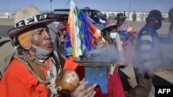 Campesinos e indígenas bolivianos, seguidores del expresidente Evo Morales, protestan en El Alto contra la postergación de las elecciones, el 30 de julio de 2020.