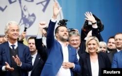 Gert Vilders, lider holadske Slobodarske partije (PVV), zamenik premijera Italije Mateo Silvani i liderka Francuske partije nacionalnog ujedinjenja Mari le Pen na velikom mitingu evropskih nacionalista i desničara u Milanu, 18. maja 2019.