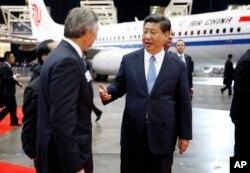 Xi Jinping à direita falando com o CEO da Boeing