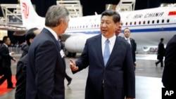 23일 미국 항공기 업체 보잉사 공장을 방문한 시진핑 중국 국가주석이 레이 코너 보잉사 최고경영자와 대화하고 있다.