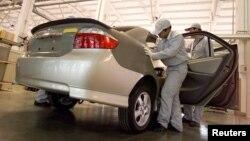 中国汽车工人在天津厂房组装新的丰田汽车