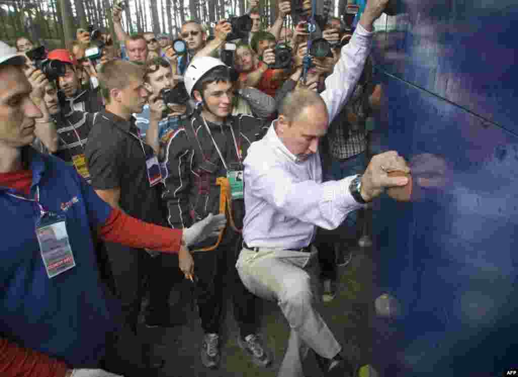 Владимир Путин с участниками молодежного образовательного форума «Селигер-2011»