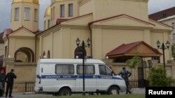 Сотрудники правоохранительных органов у церкви, повергшейся нападению терристов. Грозный, Россия. 19 мая 2018 г.