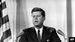 Presiden Amerika John F Kennedy saat menyampaikan pidato kenegaraan terkait krisis Kuba, di Washington DC, 2 November 1962 (Foto: dok).