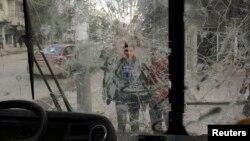 2013年2月28日叙利亚城市阿勒颇街头,儿童观看商店玻璃遭受破坏的情况