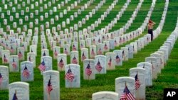 အာလင္တန္ အမ်ဳိးသား စစ္သခ်ဳႋင္းမွာ Memorial Day ေအာက္ေမ့ဖြယ္ေန႔ အထိမ္းအမွတ္က်င္းပ။