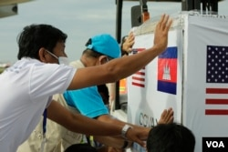 500,000 doses of a total of one million doses of Johnson & Johnson Covid-19 vaccine, donated by the United States through COVAX, are being delivered to Cambodia on July 30, 2021, at the Phnom Penh International Airport, Cambodia. (Hean Socheata/VOA Khmer)