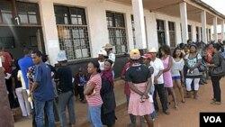 Warga Madagaskar mengantri untuk memberikan suara mereka dalam pemungutan suara mengenai konstitusi baru.