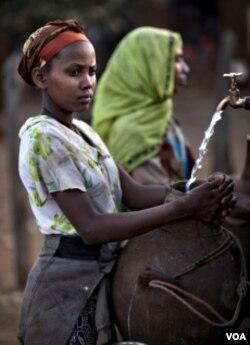 """Remaja-remaja perempuan di Ethiophia ini termasuk yang akan dibantu oleh sesama remaja perempuan di AS melaui kampanye """"Girl Up""""."""