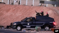 Les forces de sécurité jordaniennes quittant la prison où Sajida al-Rishawi et Ziad al-Karbouly ont été exécutés (AP)