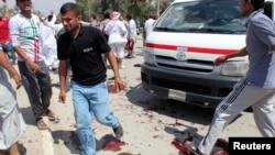 Người Iraq tụ tập tại hiện trường 1 vụ đánh bom ở Baquba, Iraq, 17/5/2013