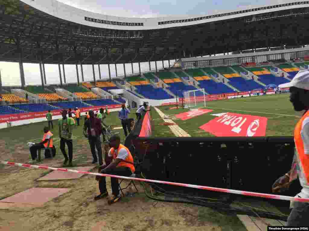 """Les derniers préparatifs sont mis en place au stade d""""oyem, au Gabon, le 25 janvier 2017. (VOA/Timothée Donangmaye)"""