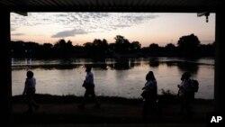 ភ្នាក់ងារអន្តោប្រវេសន៍ម៉ិកស៊ិក ដើរនៅក្បែរទន្លេ Suchiate River ដែលជាព្រំដែនធម្មជាតិរវាងប្រទេសក្វាតេម៉ាឡានិងម៉ិកស៊ិក នៅខាងប្រទេសម៉ិកស៊ិកនៅថ្ងៃទី២២ ខែមីនា ឆ្នាំ២០២១។