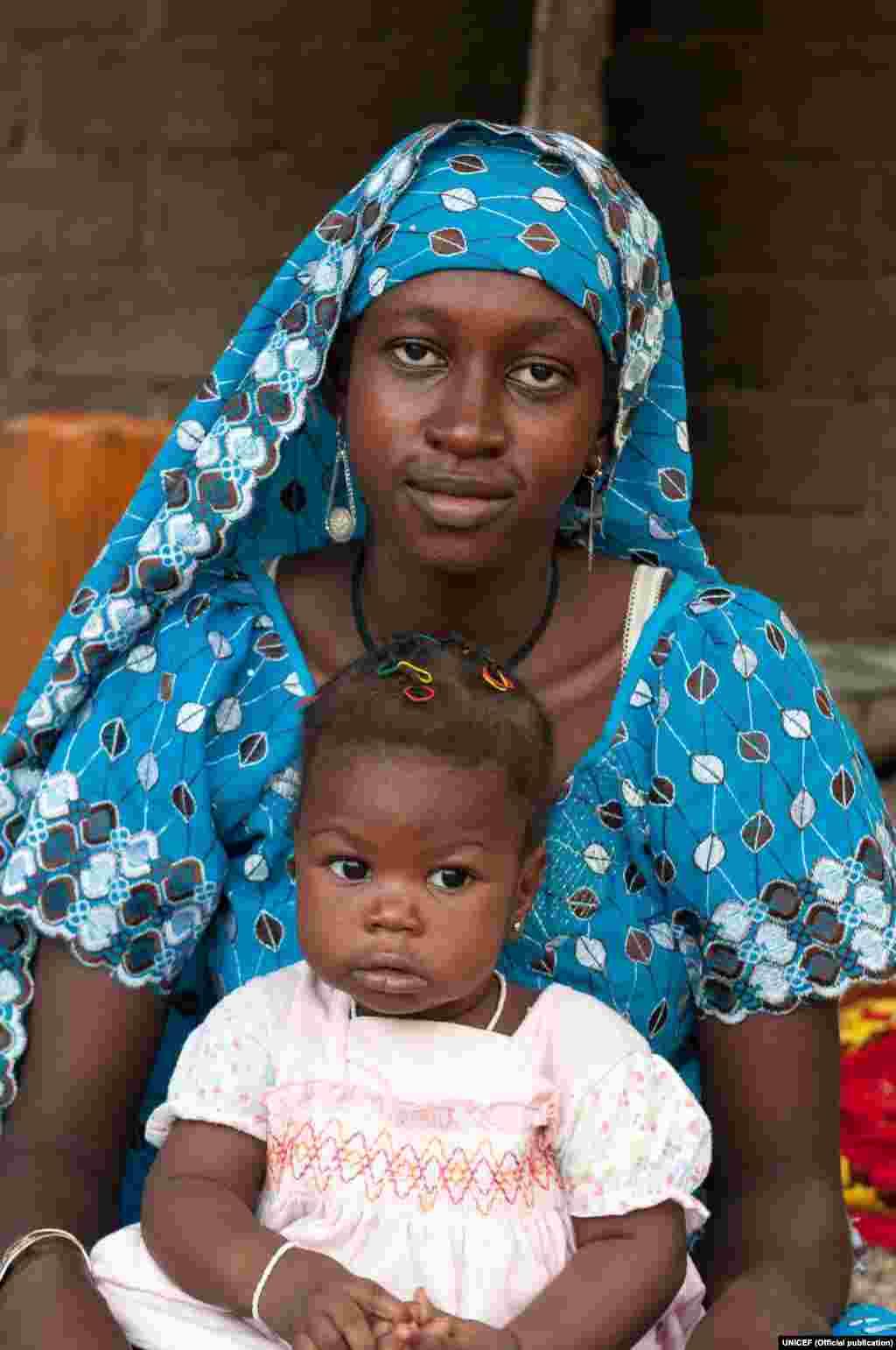 Foto tirada a 14 de Maio de 2015 em Maroua, nos Camarões. Nabila tinha 15 anos e confessa que se casou aos 14. Já estava grávida na altura. Ela só chegou até à 6ª classe. Pela sua filha, Nabila quer lutar contra o casamento prematuro