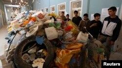 Các sinh viên Jordan xem buổi trưng bày các loại rác nhựa trong trung tâm thủ đô Amman, Jordan, 19/11/14