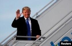 U.S. President Donald Trump waves as he arrives in Zurich, Switzerland, Jan. 25, 2018.