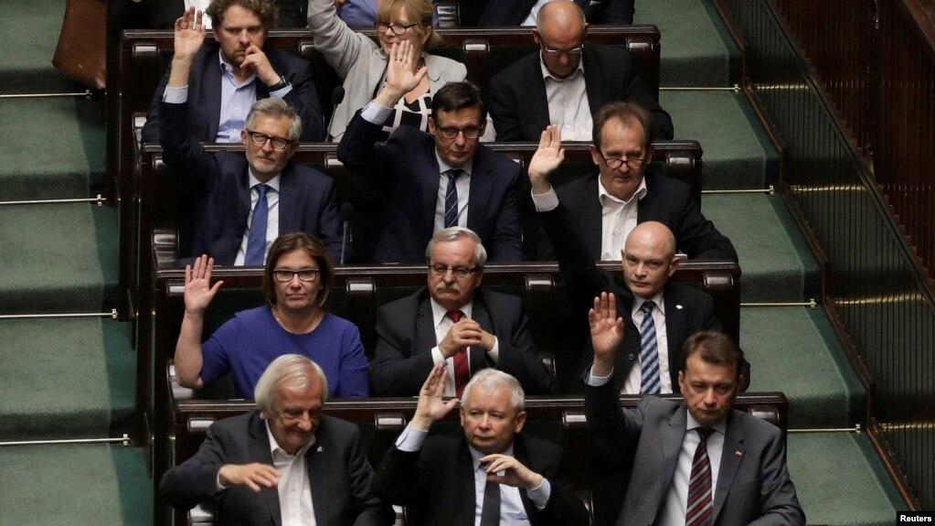 BE mund të marrë masa ligjore ndaj Polonisë për ndërhyrje në gjyqësor