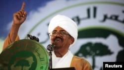 Presiden Sudan Omar Hassan al-Bashir berpidato dalam konferensi Partai Kongres Nasional di Khartoum, Oktober 2014.