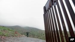 在墨西哥城市蒂华纳的美墨边境墙尽头(资料图,2019年2月5日)
