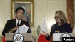 Menteri Luar Negeri AS, Hillary Clinton (kanan) dan Menteri Luar Negeri Jepang, Fumio Kishida menggelar konferensi pers bersama seusai rapat di Kantor Separtemen Luar Negeri AS di Washington DC (18/1).