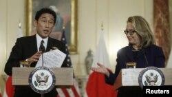 18일, 국무부에서 공동기자회견을 가진 클린턴 미 국무장관과 기시다 일본 외무상.