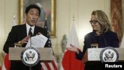 ທ່ານນາງ Hillary Clinton (ຂວາ) ລັດຖະມົນຕີກະຊວງການຕ່າງປະເທດສະຫະລັດ ແລະ ທ່ານ Fumio Kishida ລັດຖະມົນຕີການຕ່າງປະເທດຍີ່ປຸ່ນ ໃນກອງປະຊຸມໃຫ້ສຳພາດຂ່າວ ຮ່ວມກັນ ທີ່ນະຄອນວໍຊິງຕັນດີຊີ ໃນວັນທີ 18 ມັງກອນ 2013.