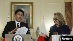 Ngoại trưởng Mỹ Hillary Clinton (phải) và Bộ trưởng Ngoại giao Nhật Bản Fumio Kishida trong 1 cuộc họp báo chung sau cuộc họp tại Bộ Ngoại giao ở Washington, 18/1/2013