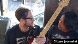 Dewa Budjana bersama mantan gitaris 'Red Hot Chili Peppers' John Frusciante (foto/dok: Dewa Budjana)