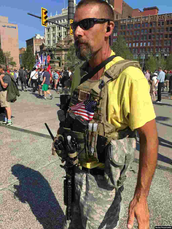 """Un membre de la milice """"constitutionnelle, West Ohio Minutemen, Cleveland, le 19 juillet 2016 (VOA/Nicolas Pinault)"""