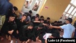 Các cảnh sát cơ động bị người dân bắt giữ ở xã Đồng Tâm trong vụ xung đột đất đai giữa người dân và chính quyền. Công an Hà Nội vừa quyết định khởi tố 14 cực quan chức của xã vì xai phạm trong quản lý sử dụng đất.