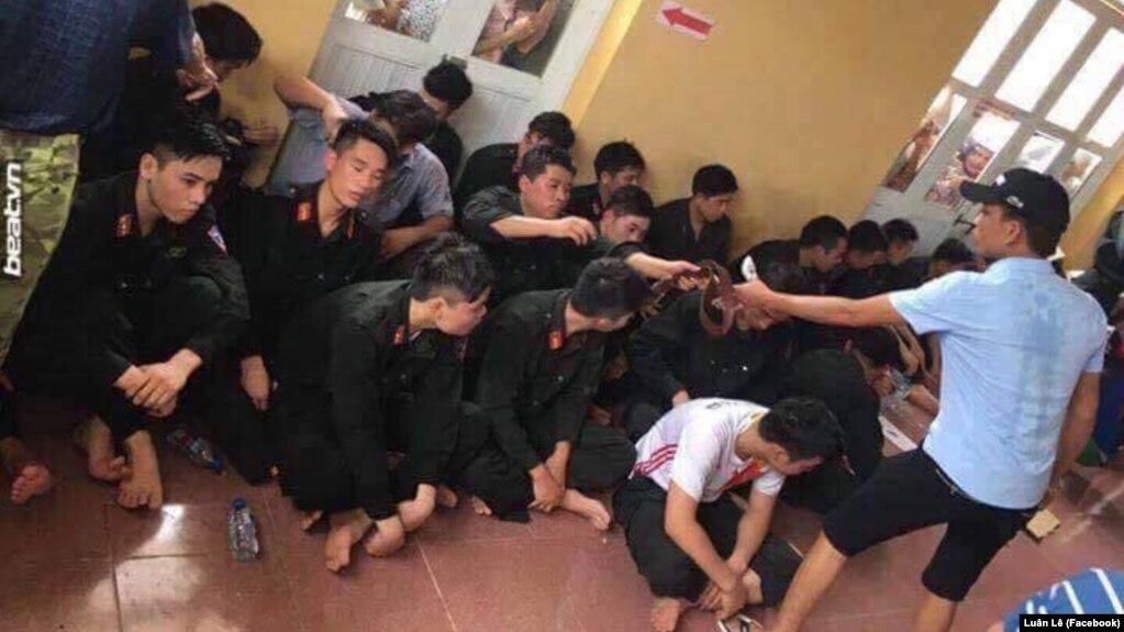 Một người dân cho biết gần 20 cảnh sát cơ động vẫn còn bị dân làng Đồng Tâm giữ.