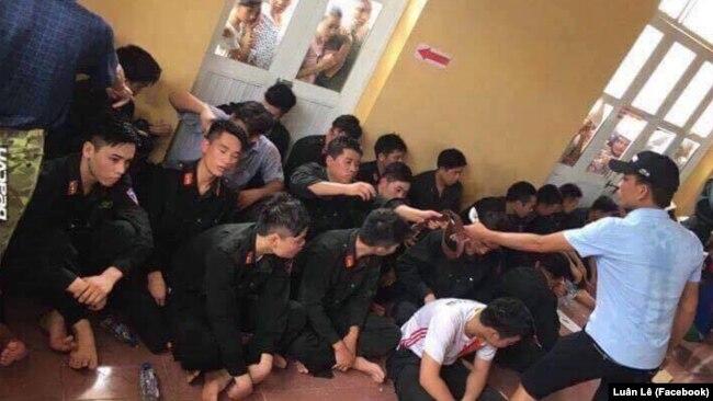Nhiều cảnh sát cơ động bị dân làng Đồng Tâm bắt giữ hồi tháng Tư.