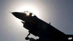 Một chiến đấu cơ phản lực do Trung Quốc sản xuất bay trên bầu trời ở Bắc Kinh