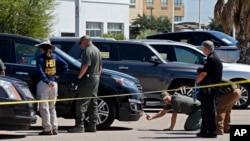 Para petugas masih menyelidiki tempat kejadian perkara penembakan, Senin, 2 September 2019, di Odesa, Texas. (Foto: AP)