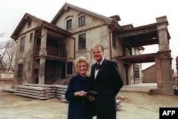 美國福音牧師葛培理和夫人鍾路得1988年4月19日在她在江蘇省淮陰的出生地前留影 (資料圖片)