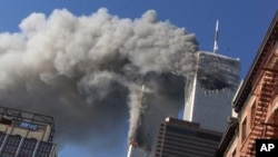 被劫持的飞机撞向世贸中心大楼,浓烟升起(资料照片)