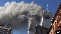 Hình tư liệu - Khói bốc lên từ tòa tháp đôi Trung tâm Thương mại Thế giới bị cháy sau vụ tấn công khủng bố ngày 11/9/2001 ở New York.