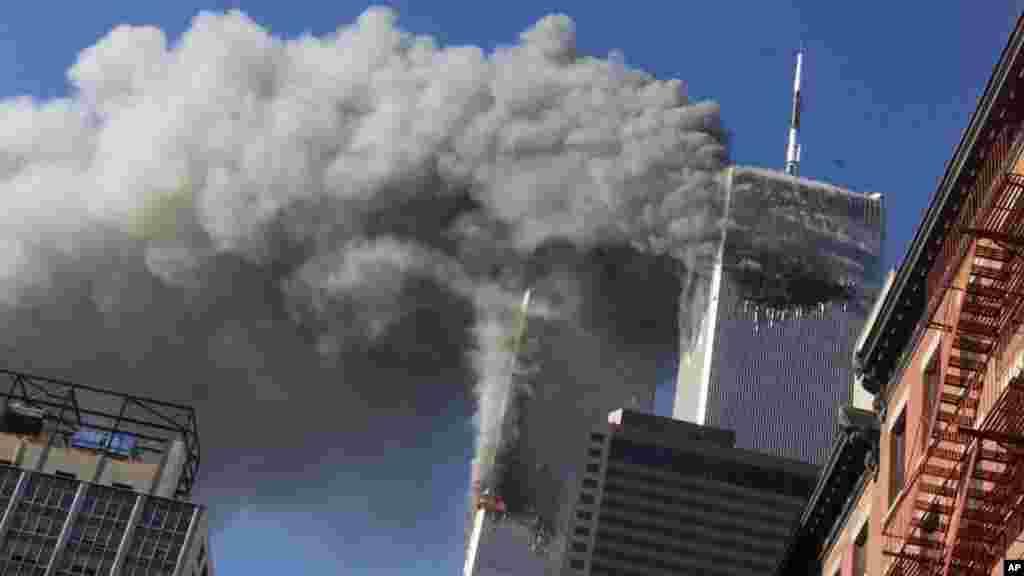برجهای دوگانۀ تجارت جهانی در حال فرو ریختن و آتش سوزی بر اثر حملات یازدهم سپتمبر سال ۲۰۰۱