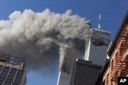 지난 2001년 9월 11일 미국 뉴욕 세계무역센터에 납치 여객기가 충돌한 직후 짙은 연기가 발생하는 광경.
