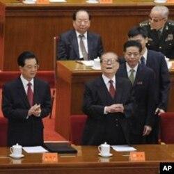 ປະທານປະເທດຈີນ ທ່ານ Hu Jintao (ຊ້າຍ) ກັບອະດີດປະທານ Jiang Zemin (ຂວາ) ໄປຮ່ວມໃນພິທີສະ ຫລອງຄົບຮອບ 100 ປີ ຂອງການ ປະຕິວັດຊິນໄຫ ທີ່ສາລາປະຊາຊົນ ໃນນະຄອນຫລວງປັກກິ່ງ, ວັນທີ 9 ຕຸລາ 2011.