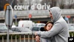 واقعے سے پیرس ہوائی اڈے پر موجود افراد میں خوف و ہراس پھیل گیا۔