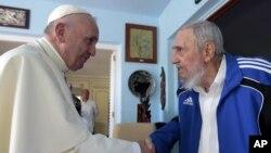 Paus Fransiskus berjabat tangan dengan mantan pemimpin Kuba, Fidel Castro di Havana, Minggu (20/9).