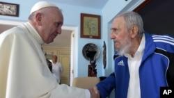 2015年9月20日古巴哈瓦那: 罗马天主教皇方济各和古巴前领导人菲德尔·卡斯特罗握手