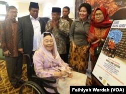 Istri mendiang Gus Dur, Shinta Nuriyah sedang melihat pameran lukisan mendiang suaminya yang dipajang di lobi sebuah hotel di Jakarta, Kamis, 22 November 2018. (Foto: Fathiyah Wardah/VOA)