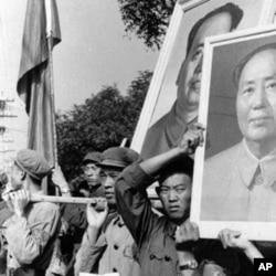 1966年9月红卫兵抬着毛泽东像,手持毛主席语录在北京游行(资料照片)